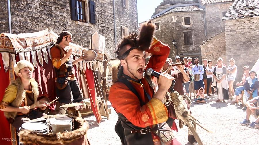 Parking gratuit Les Mascarades Médiévales ©OFFICE DE TOURISME LARZAC VALLEES