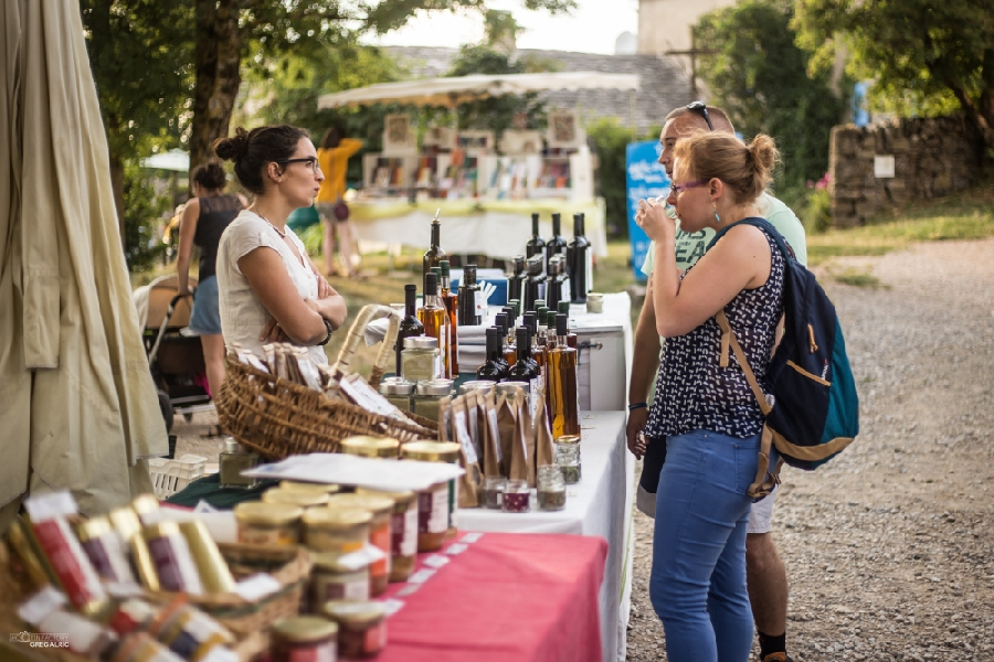 Visites guidées estivales gratuites Aromatiques du Larzac ©OFFICE DE TOURISME LARZAC VALLEES - CP Greg Alric
