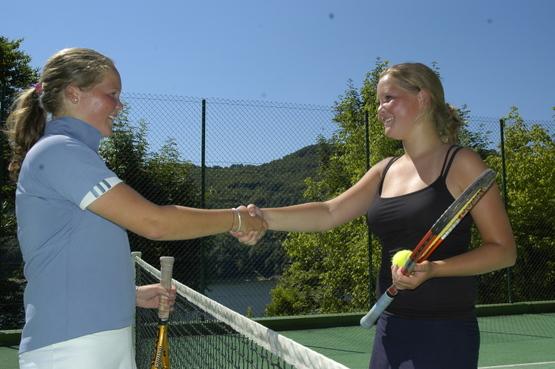 Tennis -Camping La Source sur la Presqu'île de Laussac