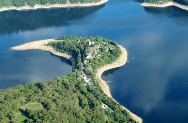 Tennis - Camping La Source sur la Presqu'île de Laussac