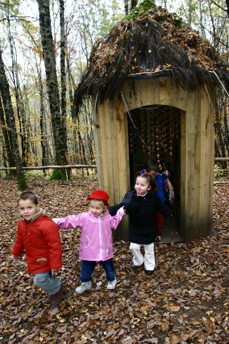 Enfants sur le sentier de l'imaginaire de Taussac