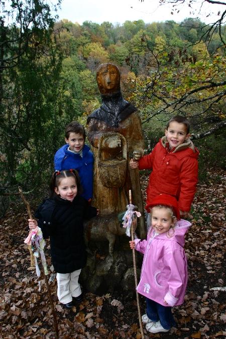 Photo de famille sur le sentier de l'imaginaire de Taussac