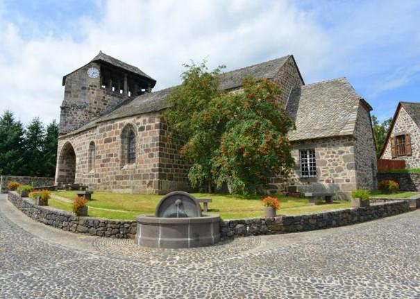 Eglise de Brommat, son clocher, la place, la fontaine