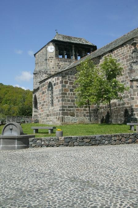 L'église de Brommat et sa place