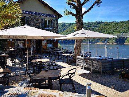 La Chalet du lac, et la terrasse du bar.,