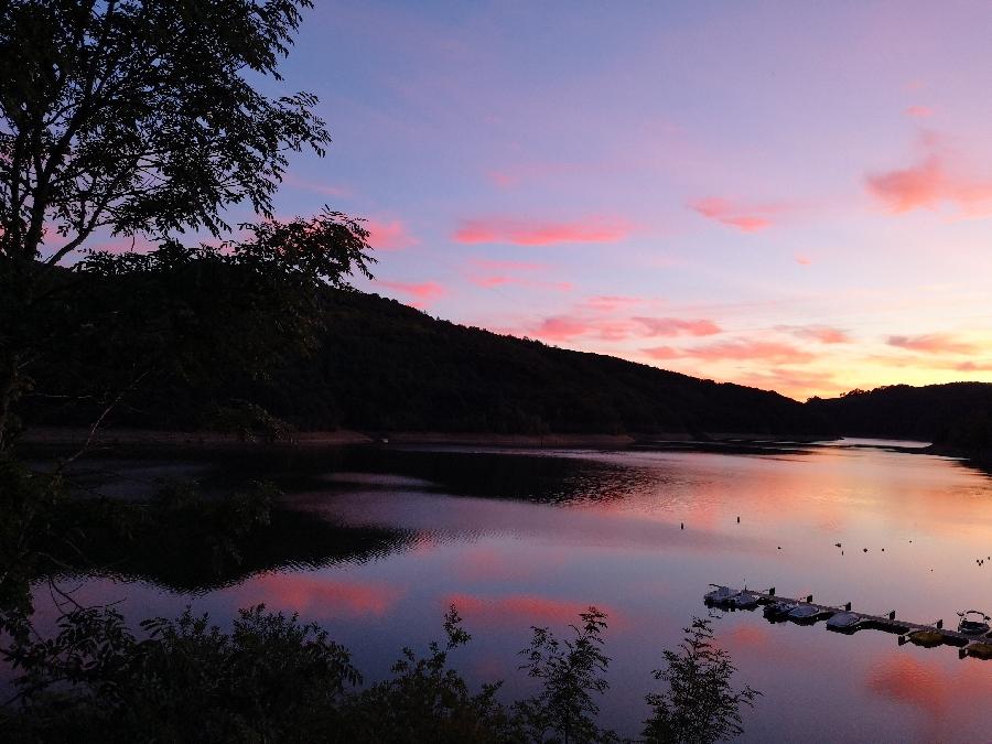 Coucher de soleil sur le Lac de Sarrans, vu du Chalet du Lac.