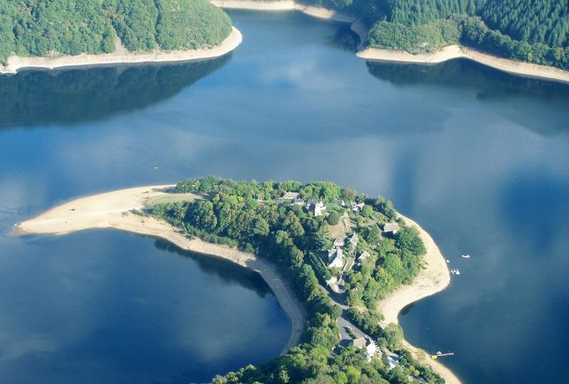 La Presqu'île de Laussac, le chalet se situe à l'entrée du site.