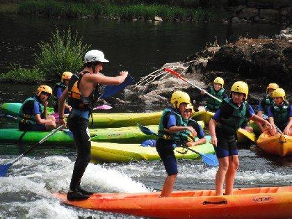 Découvrez le kayak avec un groupe d'ados sur la digue d'entraygues en vallée du Lot,