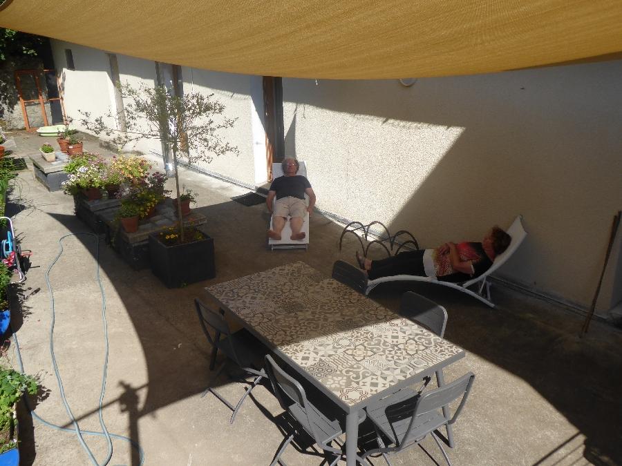 La terrasse avec barbecue de La Forge de Milou