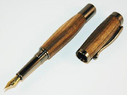 Stylo plume en bois de noyer,
