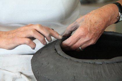 Stage de poterie pour apprendre à faire une tasse à la poterie du Don sur inscription