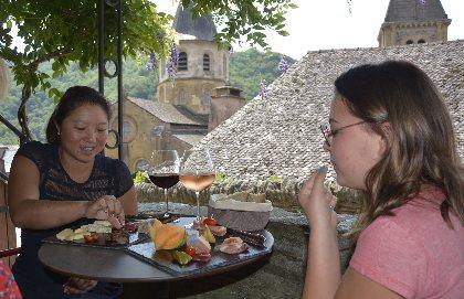 Profitez d'un moment à Conques pour aller boire une verre de vin et manger un plateau de charcuterie sous une terrasse ombragée, OTCM - Chez Germain