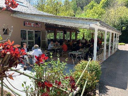 Café - Restaurant La Rivière sous la terrasse ombragée au bord du Dourdou,