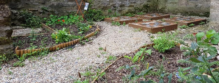 Jardin médiéval minéral et végétal