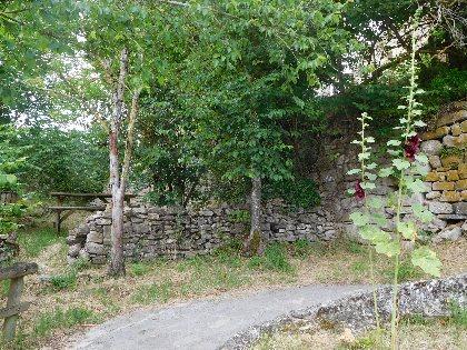 Aire de Pique-Nique sous le château de Sévérac, Office de Tourisme des Causses à l'Aubrac