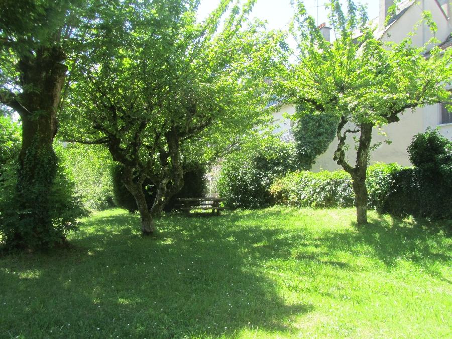 Aire de Pique Nique dans le jardin de l'église de Mur-de-Barrez