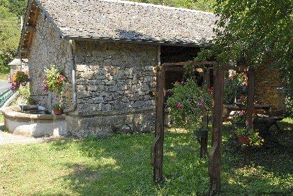 Aire de pique-nique de la fontaine, Office de Tourisme Rougier d'Aveyron Sud