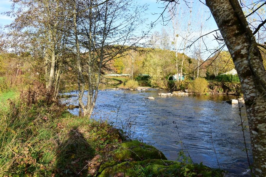 L'Aveyron à Najac (lâchers de truites)