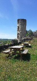 Aire de pique-nique dans la cour du château à Bertholène, Office de Tourisme des Causses à l'Aubrac